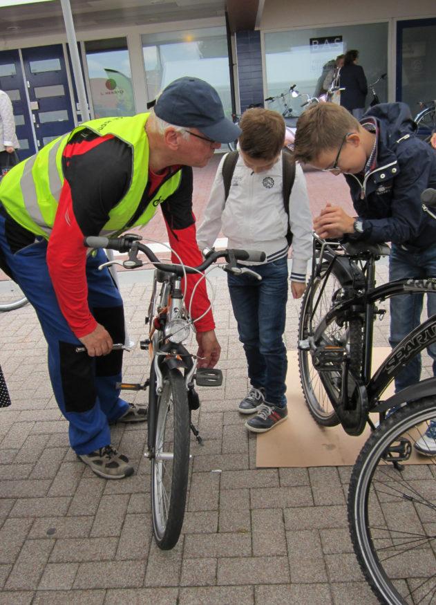 Ton Berkhout stelt een fiets af