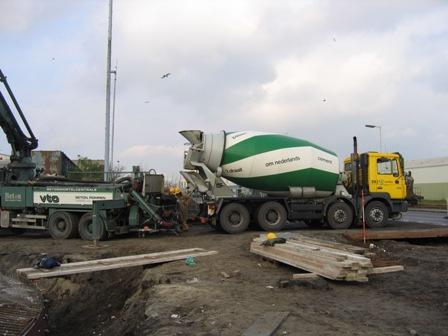 Betonwagen op bouwplaats