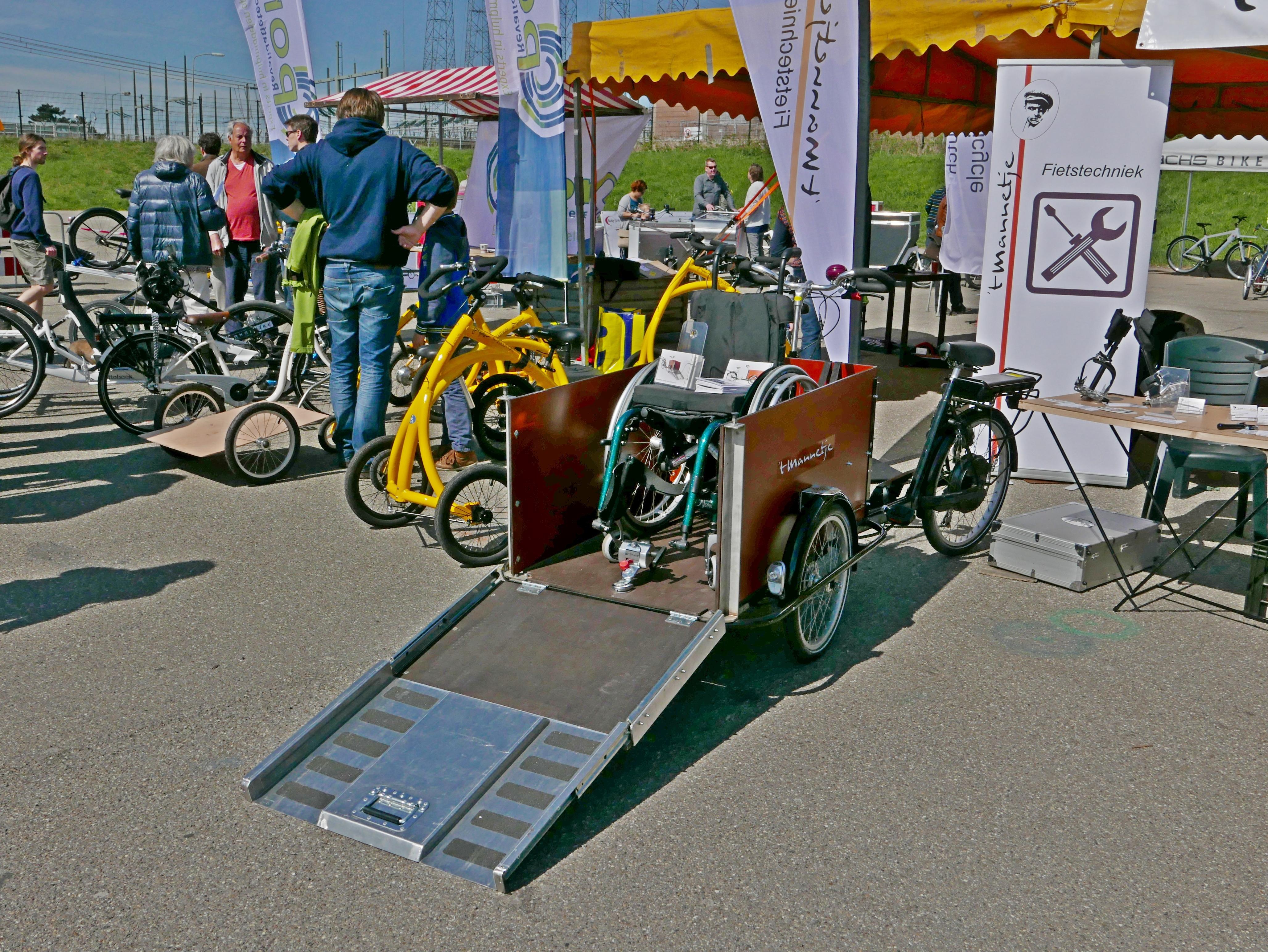 transportfiets met voorop rolstoel