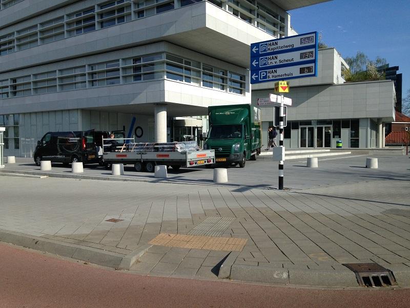 vrachtauto en bestelbus met lange aanhanger bij nieuwbouw HAN