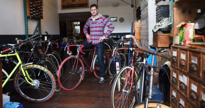 Meer ruimte op de nieuwe locatie voor de antieke en vintagefietswerken van Simon van Erp