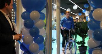 De Swapfiets is te herkennen aan de blauwe voorband. voor € 15,- per maand krijgen klanten een kwalitatieve fiets en zorgt Swapfiets ervoor dat deze het altijd doet.