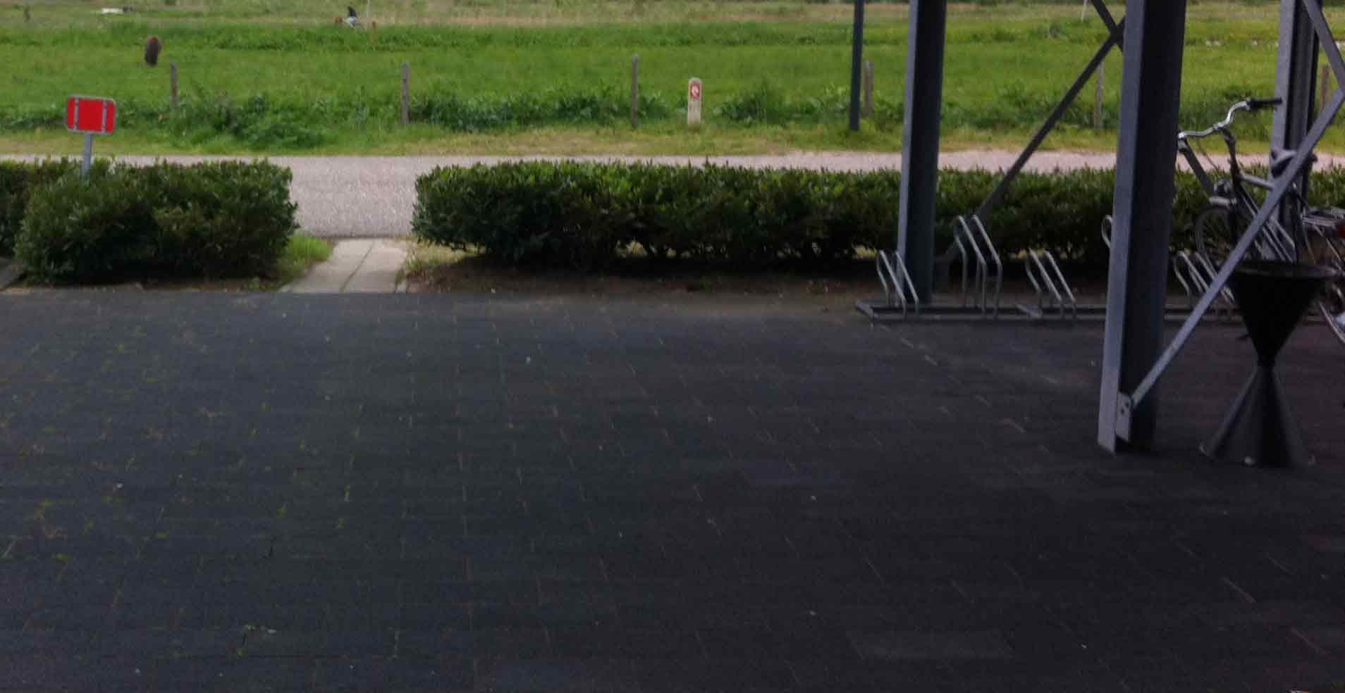Foto: fietsdoorsteekje naar fietsenstalling