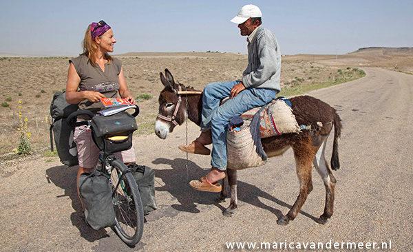 Foto: Marica vraagt de weg aan ezelberijder