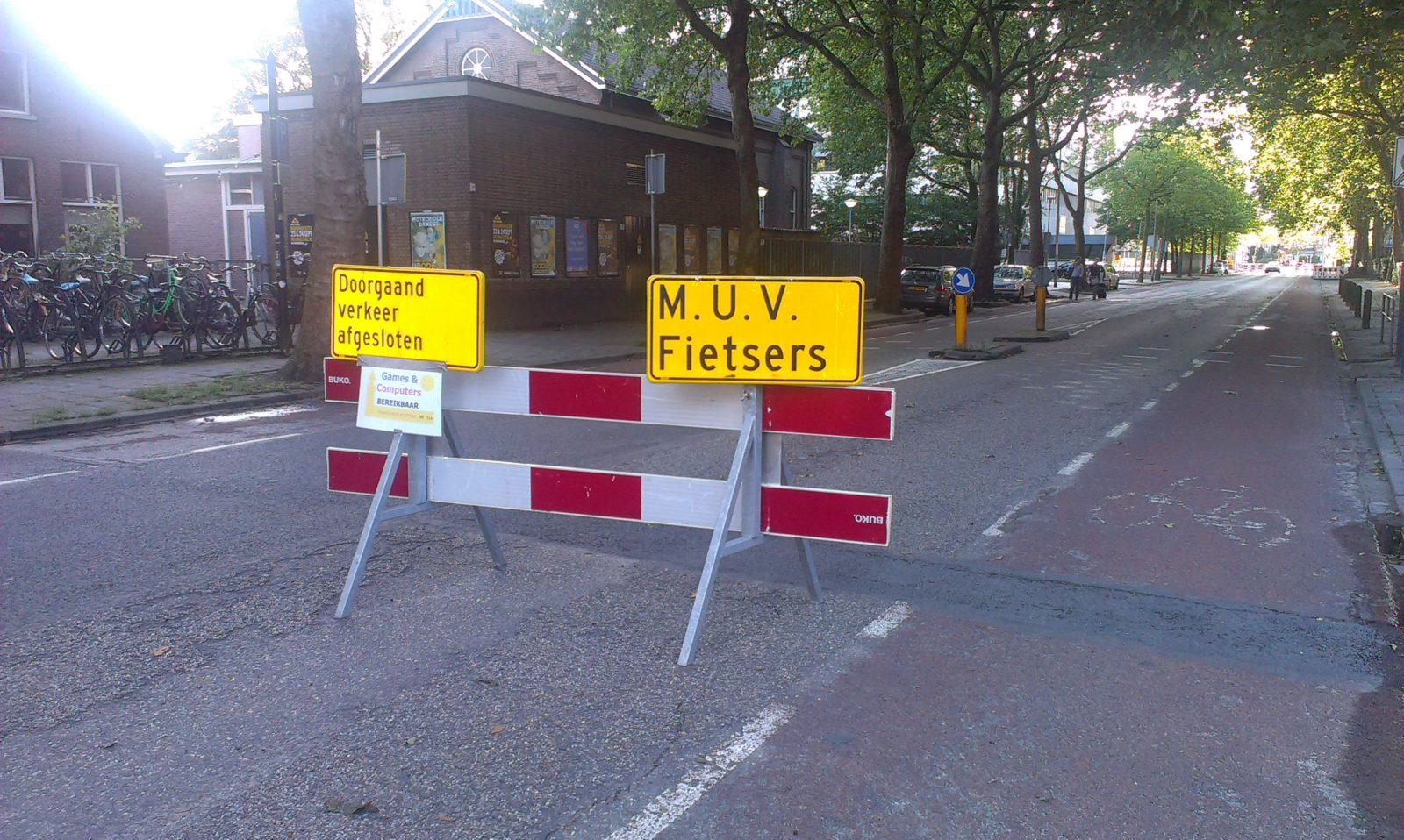 Als je toch bent doorgereden, blijkt dat je als fietser in de richting van de Willemsvaart kunt doorrijden.