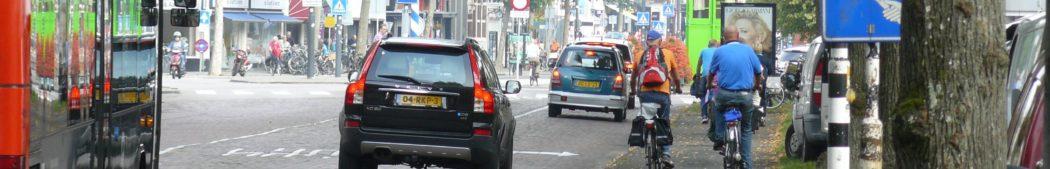 FB-2014-11-16-Dreef-op-marktdagen-wilde-de-gemeente-de-fietsers-op-de-weg-tussen-de-autos-en-bussen