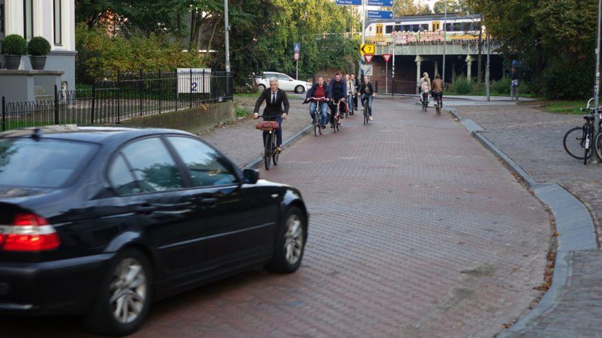 Kenaupark-Auto-rijdt-ver-links-door-de-bocht-en-komt-recht-op-fietsers-af