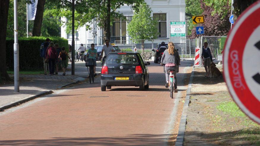 Kenaupark-Auto-rijdt-tussen-fietsers.-Volgens-gemeente-zou-dit-niet-kunnen.-Wel-dus