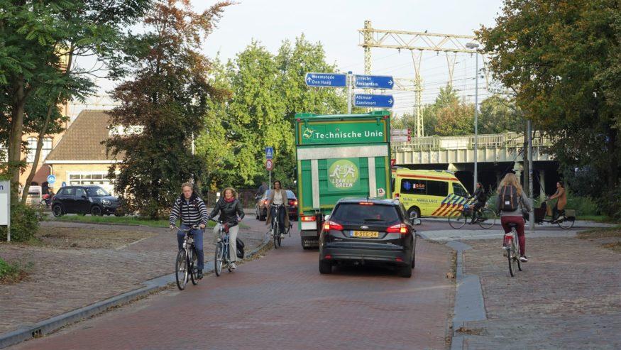 Kenaupark-Fietsers-vanaf-Kinderhuissingel-hebben-weinig-ruimte-en-fietsen-te-dicht-op-trottoirband.-Fietsster-rechts-neemt-stoep