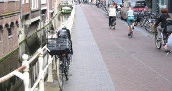 Langendijk-fietsen-aan-hek