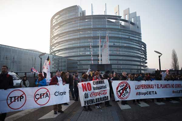Protesta al Parlamento europeo contro il CETA