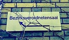 Foto Hinweisschild BVV-Saal Pankow