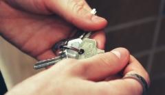 Hände halten Wohnungsschlüssel