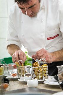 Ein Koch in der Messeküche sorgt für die bestmögliche Speisequalität