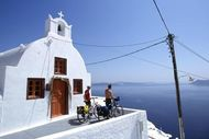 Kykladen: Oia, Santorin, Biker blicken über das Meer