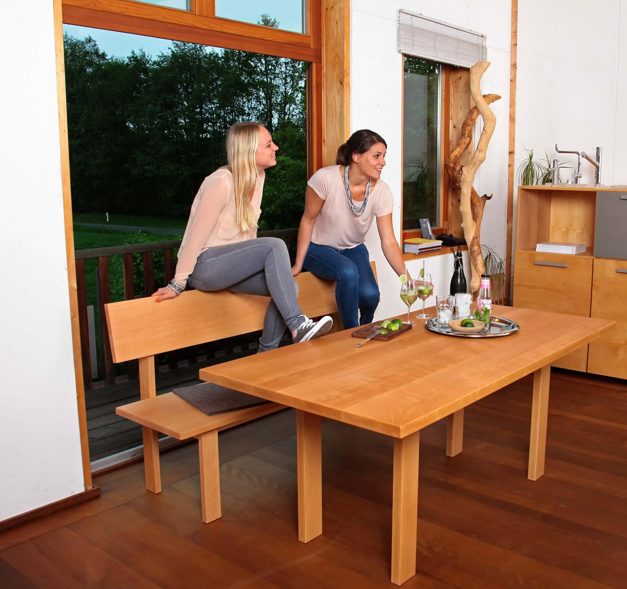 Laura Danzer und Jana Münzenberg sind nicht zufällig genau so alte, wie die Möbelmacher