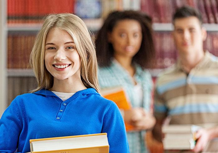 Jugendliche mit Buch