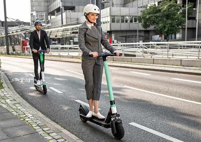 Zwei Personen auf E-Scootern