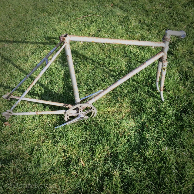 A photo of the rusty frame.