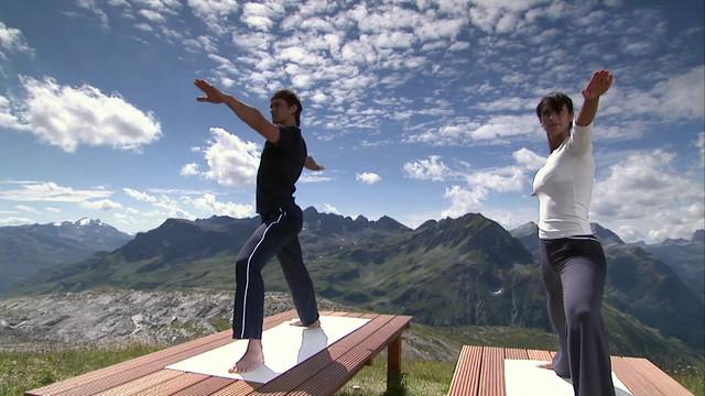 Bild: Ralf Bauer beim Yoga in den Bergen