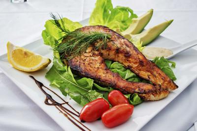 Thunfischsteak mit Gurkensalat