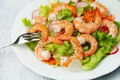 Knoblauch-Garnelen mit Salat
