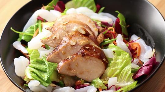 Rezept: Low Carb Salat mit Hähnchenbruststreifen und Shirataki Nudeln