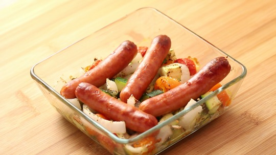 Rezept: Low Carb Gebackene Würstchen mit Gemüse
