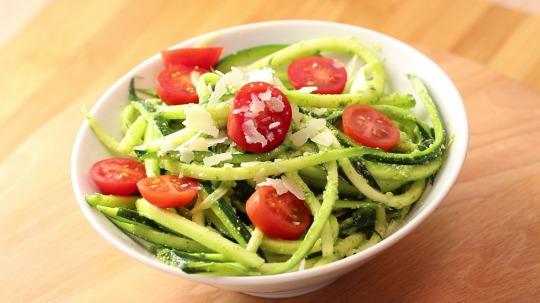 Rezept: Low Carb Zucchininudeln mit Pesto-Basilikum-Soße