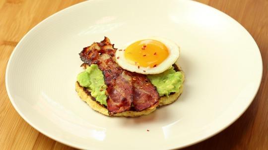 Rezept: Blumenkohl Toast mit Avocado, Speck und Ei