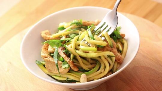 Rezept: Low Carb Zucchini Pad Thai mit Hähnchen