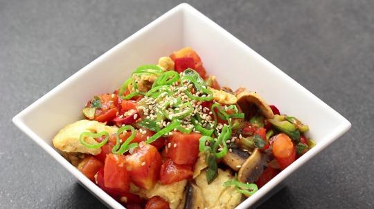 Rezept: Rührei mit Tomaten, Pilzen und Paprika
