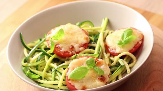 Rezept: Low Carb Zucchini Nudeln mit gebratenen Tomaten