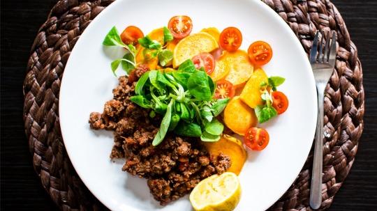 Rezept: Low Carb [Ohne-Video] Gebratenes Hackfleisch mit Süßkartoffeln und Kirschtomaten