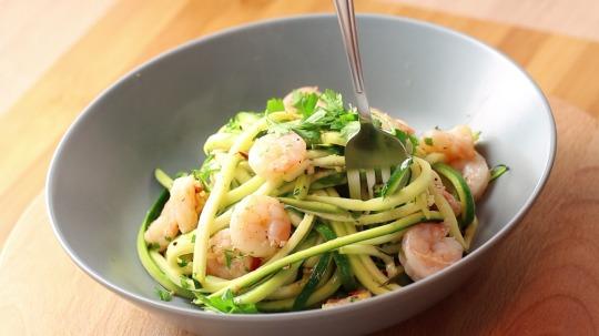 Rezept: Low Carb Zucchini Nudeln mit Zitronenshrimps