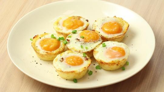Rezept: Blumenkohlmuffins mit Speck, Käse und Ei