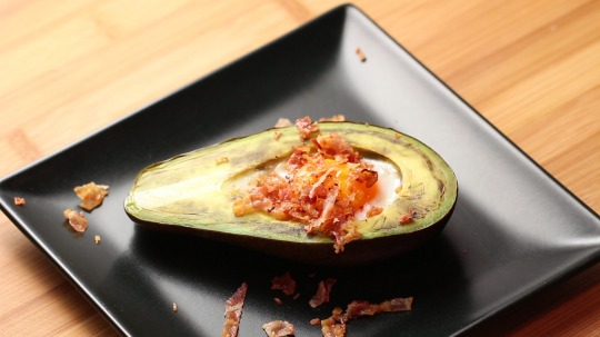 Rezept: Baked avocado with egg and bacon