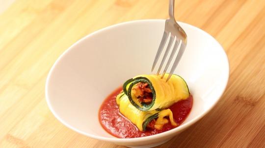 Rezept: Low Carb Zucchini Roulade mit gezupftem Hähnchen