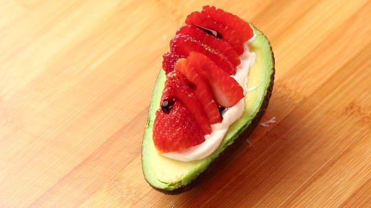 Recipe: Low Carb Avocado stuffed with spreadable goat cheese and strawberries
