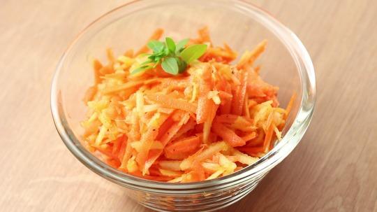Rezept: Salat mit Apfel und Karotte
