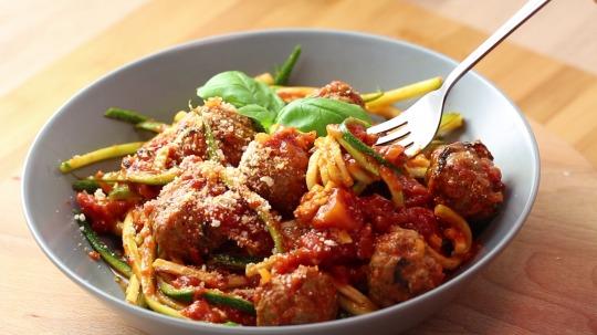 Rezept: Low Carb Zucchini Nudeln mit Fleischbällchen in Tomatensoße