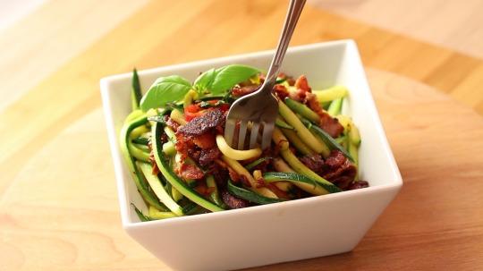 Rezept: Low Carb Zucchini Nudeln mit Speck und Basilikum