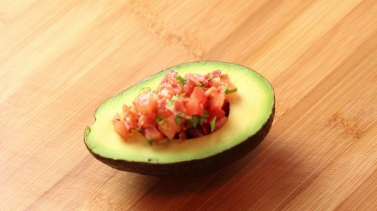 Rezept: Avocado stuffed with bacon and tomato