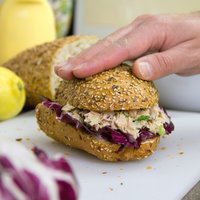 Sandwich gourmet con tonno e senape