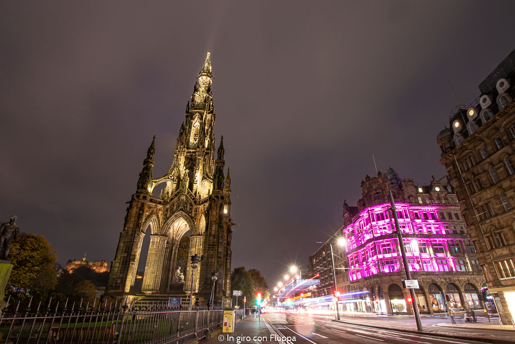 Scott Monument di sera