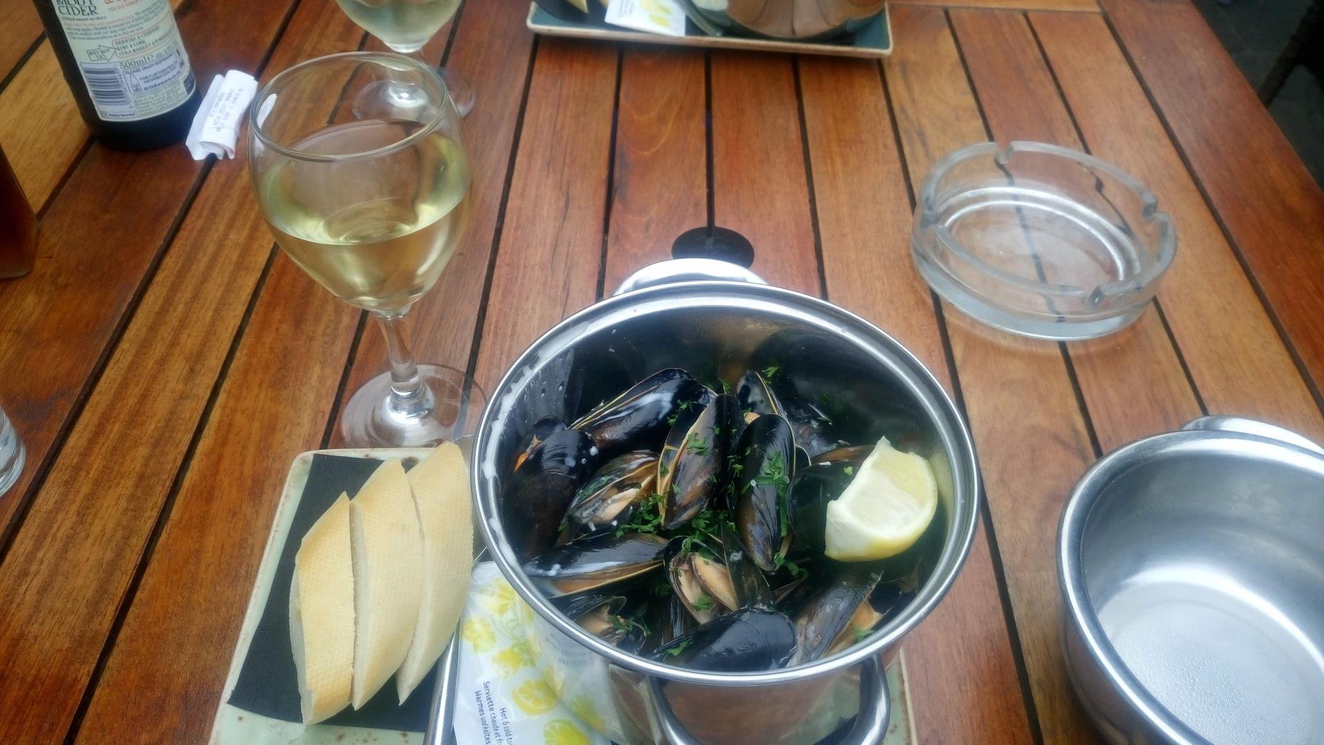 Cosa mangiare a Jersey: cozze e vino bianco