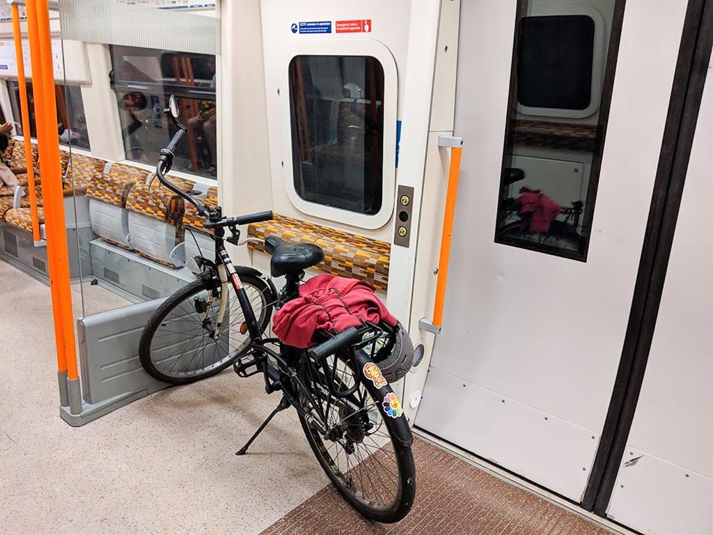 La mia bici in un vagone dell'Overground