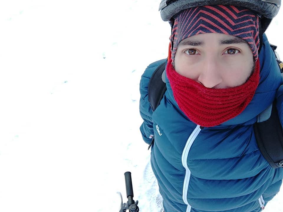 Marito in bicicletta con la neve