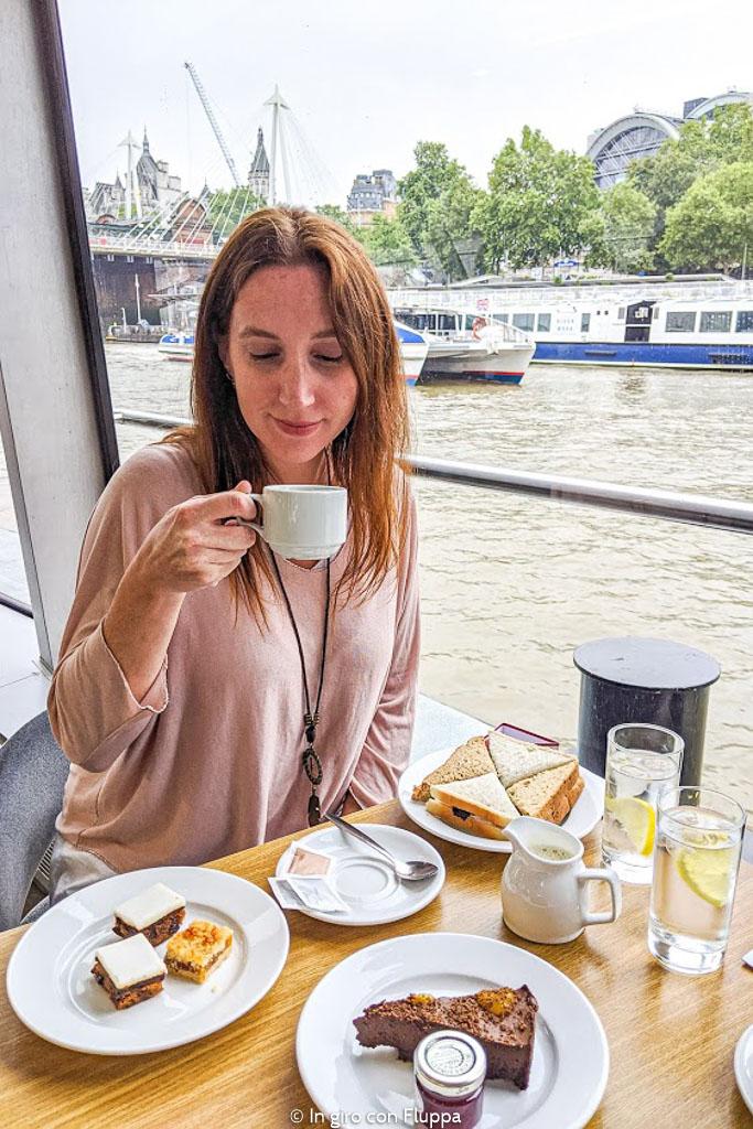 Afternoon tea in barca sul Tamigi