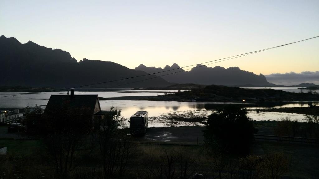 Hammerstad Camping: alba vista dalla finestra della cabina